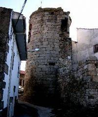 El castillo de Eljas fue tomado por los portugueses en 1641. Cuando vieron que iban a perderlo ante el avance de las tropas españolas, decidieron derruirlo hasta los cimientos. El jefe del ejército portugués era Fernán Téllez de Meneses.