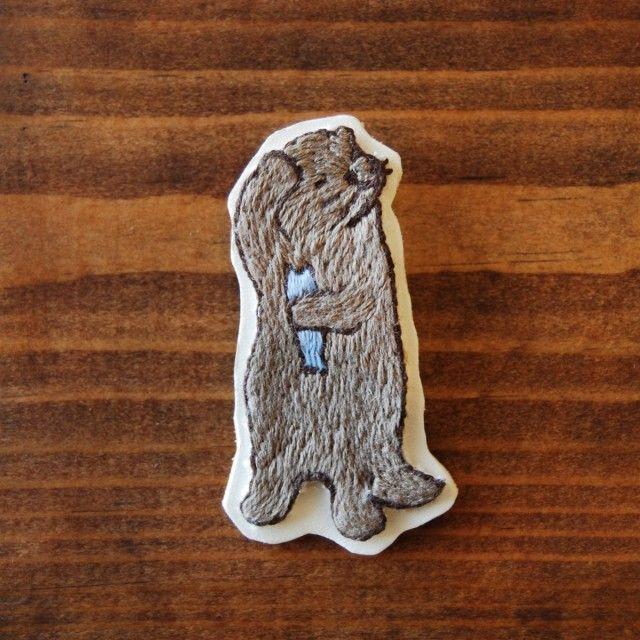 カワウソのブローチです。  手刺繍で製作しています。  胸元や帽子、バッグや靴に着けても可愛いと思います。   素材:刺繍糸、シーチング布、皮  サイズ 高さ:約 65mm / 幅:約 35mm / 厚み:約 11mm 重さ:約 12g   http://uroco.info