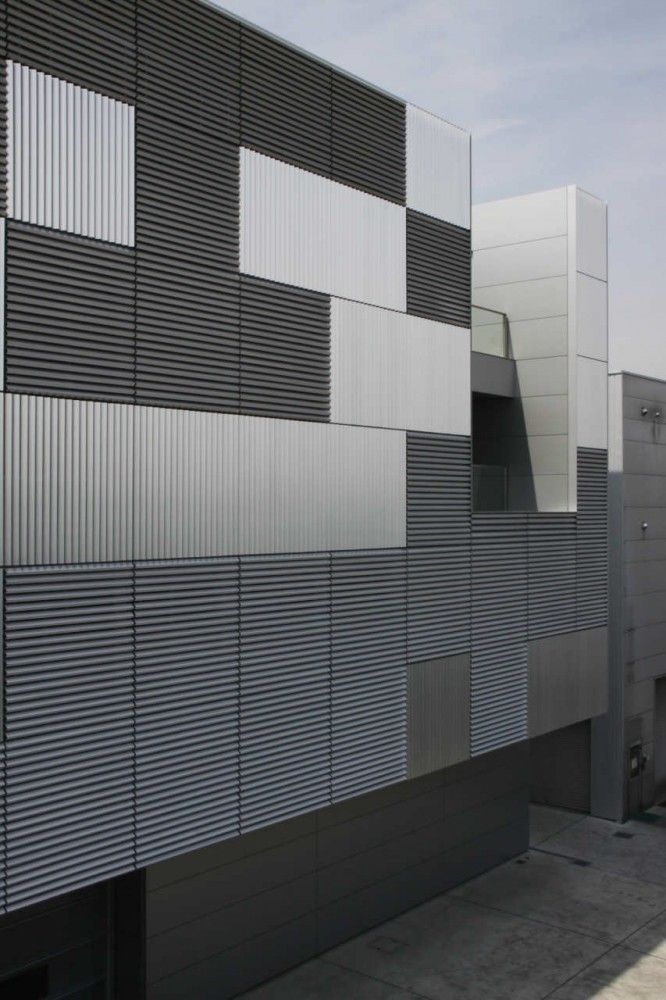 dubbele gevel die pijpleidingen wegwerkt en controleerbaar maakt Breathing Factory / Takashi Yamaguchi & Associates