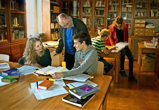 Die Atmosphäre stimmt: Michael Behal, der Direktor des Tübinger Leibniz-Kollegs, mit Studierenden in der dortigen Bibliothek Foto: Horst Rudel http://www.stuttgarter-zeitung.de/inhalt.hochschulatlas-eine-reise-durch-die-disziplinen.eb8c8dbe-2079-425d-9d4c-00c85ce56b2b.html