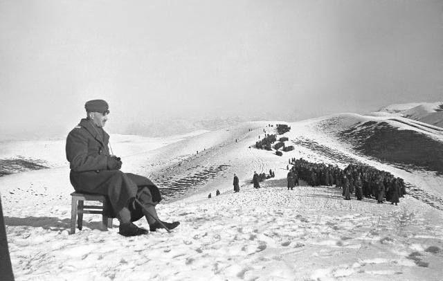 Gen. Władysław Anders obserwujący ćwiczenia żołnierzy Polskich Sił Zbrojnych w ZSRR. Jalal-Abad, luty 1942 r.