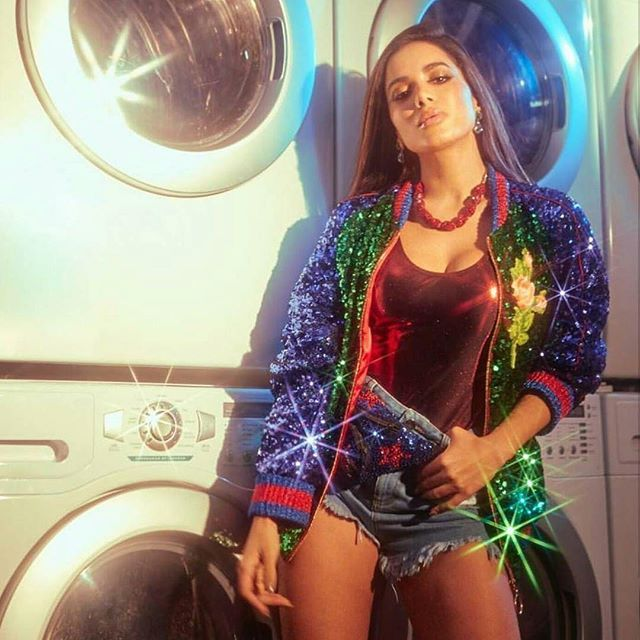 "Música nova de @anitta  ""Paradinha"" bateu recorde de streams no @spotify  500 mil!!! Será com essa música que ela vai ganhar o mundo? Te cuida @beyonce !  #Anitta #Paradinha  via MARIE CLAIRE BRASIL MAGAZINE OFFICIAL INSTAGRAM - Celebrity  Fashion  Haute Couture  Advertising  Culture  Beauty  Editorial Photography  Magazine Covers  Supermodels  Runway Models"