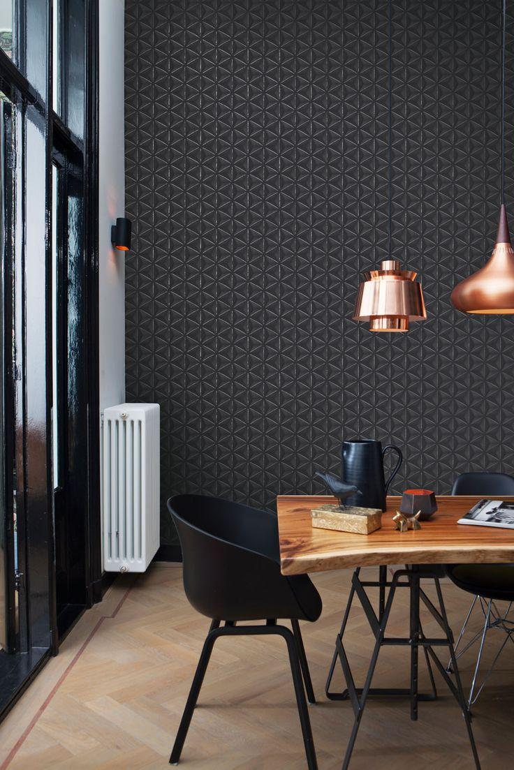 Chique en stijlvol, dit donkere behang van BN Wallcoverings. In combinatie met het koper en het hout komt de warmte goed uit in deze kamer.