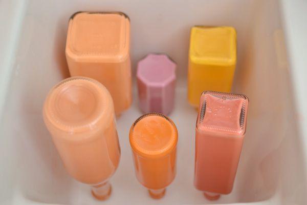 La semana pasada hice estos coloridos jarrones pintando algunas botellas por dentro, para darle un aire más primaveral  a nuestro comedor....