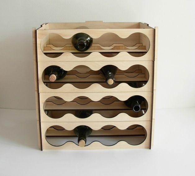 Półka jest wykonana ze sklejki o grubości 6 mm. Jest tak zaprojektowana, aby można było je złożyć bez użycia narzędzi.  Ustawiając stojaki w pionie stworzymy regał na większą ilość butelek.