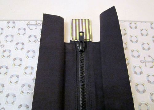 ♥ How to add a zipper to the top of a bag - esp Nancy Ziemans' Trace & Create bags.