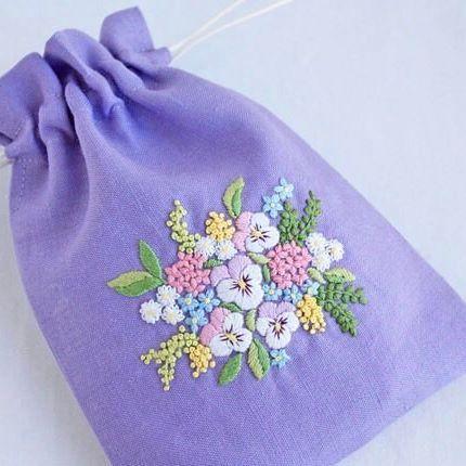 * . 以前紹介した刺繍ですが、 ミニ巾着になりました . . #刺繍#手刺繍#ステッチ#手芸#embroidery#handembroidery#stitching#needlework#자수#br