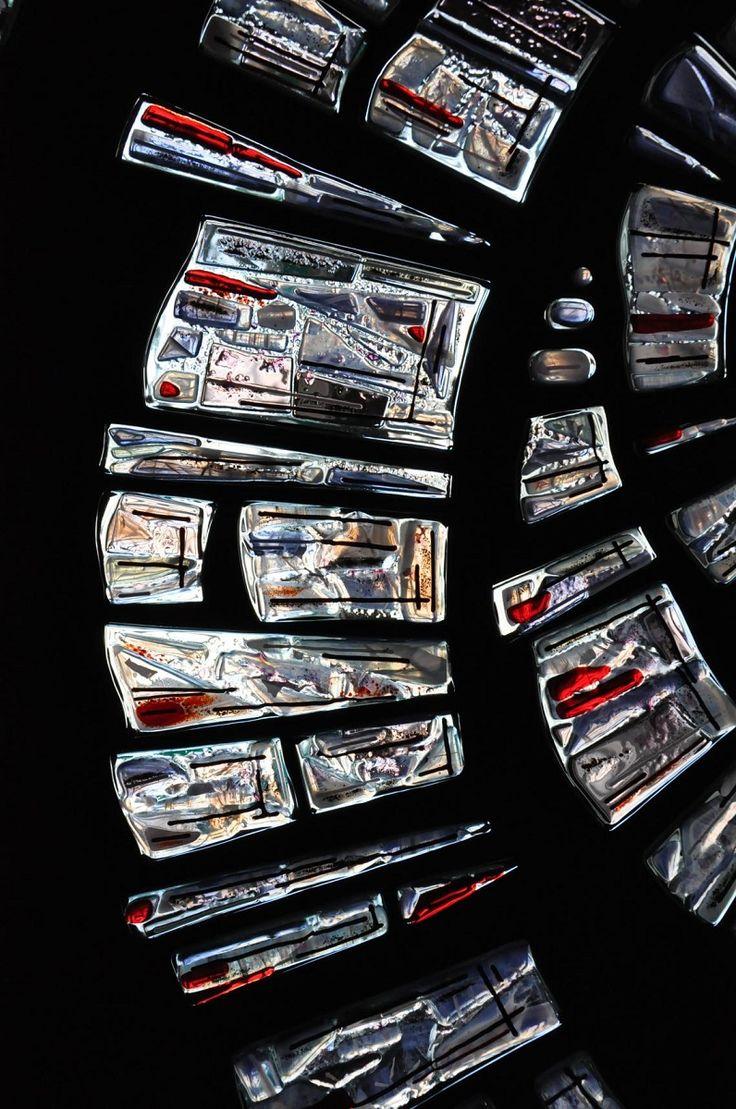 ВИТРАЖНОЕ ПАННО ДЛЯ ОКОННОГО ПРОЕМА Техника исполнения: аппликация из витражного стекла SPECTRUM по технологии фьюзинг. Контраст цветного стекла и черного фона усиливает светодиодная подсветка, расположенная с внутренней стороны витража. В темное время суток витраж является дополнительным источником света  #artglass #артгласс #витражи #витражиспб #студияжогина #витраживинтерьере #фьюзинг