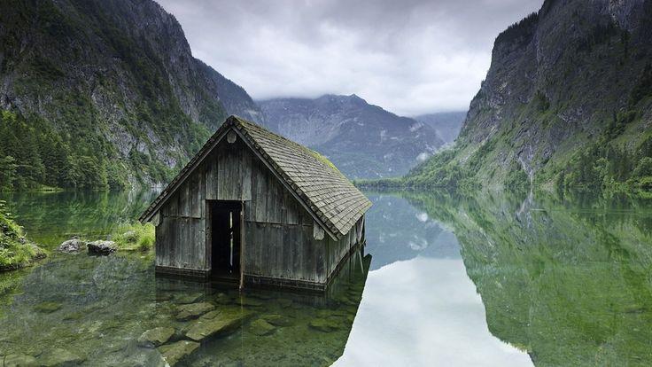 Fishing hut on a lake in Germany (da: BuzzFeed 30 luoghi fantasma più affascinanti del mondo)