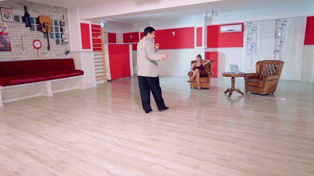 Argentine tango - Men footwork: gancho and boleo. Watch the entire lesson on www.tangomeet.com.