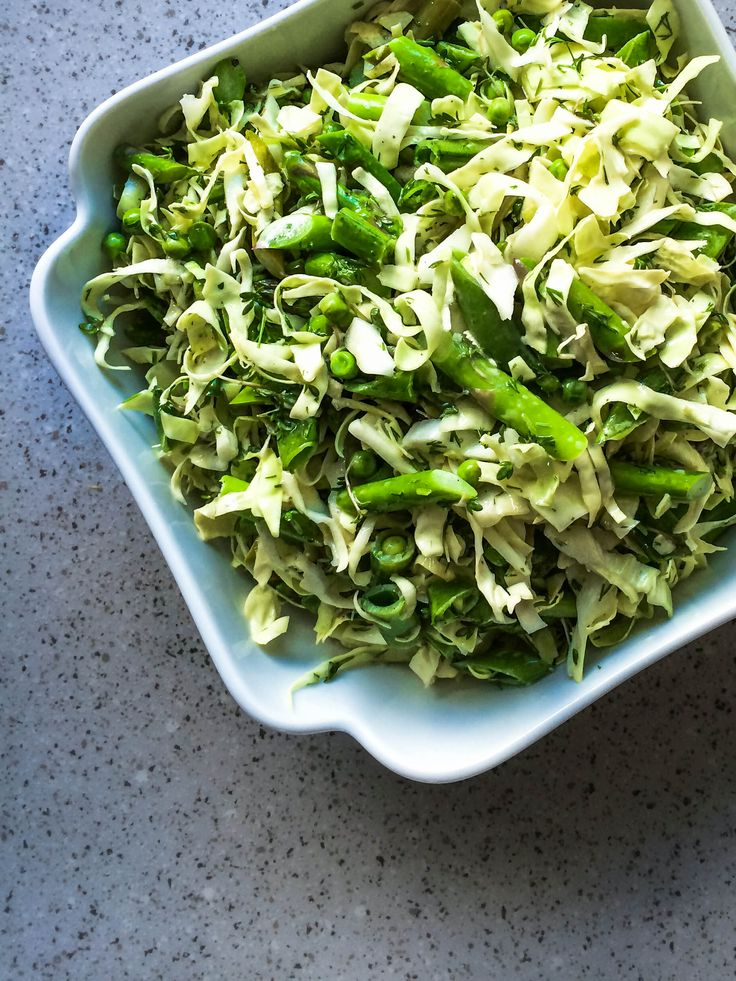 Forårssalat med asparges - havde ingen olivenolie, så jeg brugte raps i stedet. Kunne heller ikke skaffe friske ærter, men frosne var nu ikke så ringe endda. Og min honning var agave. :-)