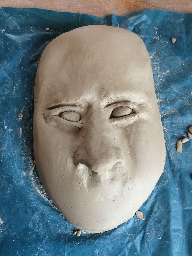 Dit is mijn masker met de ogen. Die heb ik vandaag gemaakt, het is de bedoeling dat ze op spleetogen gaan lijken. Ik moet volgende les de bovenkant van de ogen wat opvullen