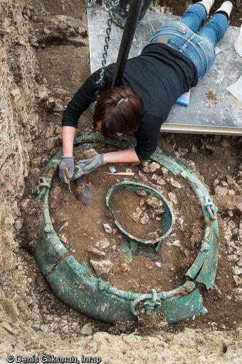 Fouille d'un chaudron en bronze d'un mètre de diamètre provenant d'une tombe princière datée du début du V<sup>e </sup>siècle avant notre ère, retrouvée dans un complexe funéraire monumental exceptionnel, mis au jour à Lavau (Aube).