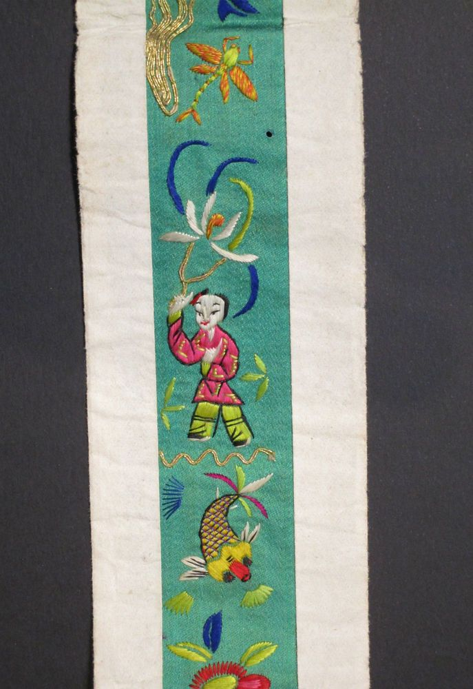 FINE ANTIQUE QING DYNASTY CHINESE EMBROIDERED GREEN SILK ROBE PANEL / COLLAR