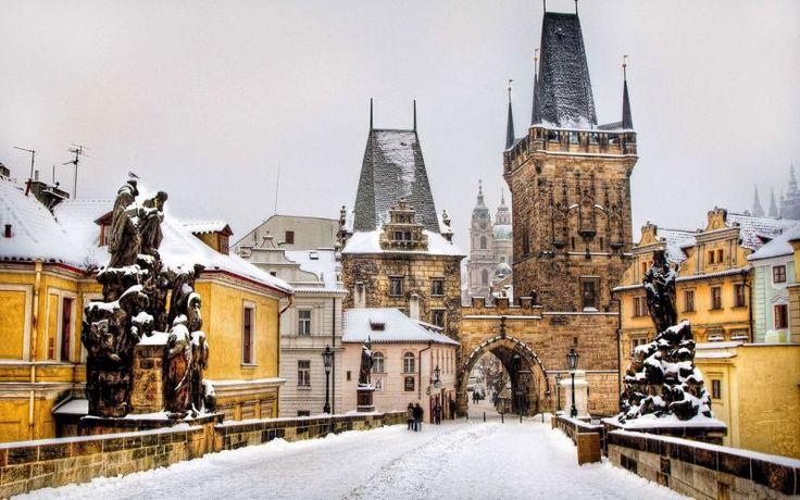 Craciun Praga 2016 Colinde, beteala, cozonac. Felicitari, artificii, luminite. Iar lista cu micile minunatii care fac atmosfera magica din jurul Craciunului poate continua. Descopera-le anul acesta intr-un decor de basm: in inima Pragai. #craciun #vacanta #iarna http://bit.ly/2e1HNj7