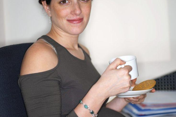 ¿Beber una taza de café al día es bueno para una mujer embarazada?. Cuando estás embarazada existen muchos alimentos, bebidas y actividades que están fuera de los permitidos. Por fortuna para los amantes del café una sola taza no es algo que se necesite evitar. Tienes que ver cuánto puedes ...