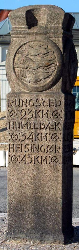 From Wikiwand: Mindesten (nulpunktsten) for byporten ved Østerport i København, tegnet af P.V. Jensen Klint. Opsat i begyndelsen af 1920'erne. Bemærk den formmæssige lighed med Bogøs oprindelige løskøbelsessten fra 1919.