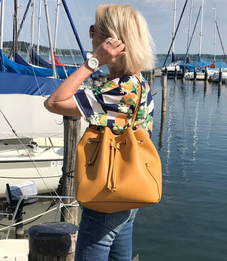 Mode über 60. Sommertag am See. Outfit zum Segeln. Shirt und Tasche von Zara