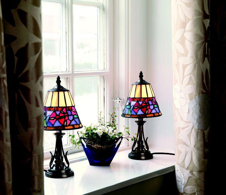 Fönsterkarmen i sovrummet blir sig aldrig lik igen med dessa oerhört vackra lampor.   För mer information om fönsterlamporna Tiffany, se www.fyrklovern.se/sortiment/belysning/fonster/tiffany-fonsterlampa.html