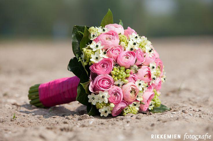 bruidsboeket, bruiloft, roos, rozen, roze, pioenroos, pioenrozen, roze pioenrozen, roze lint, lint, bloemen, bloemen, wedding, bridal bouquet, bride's bouquet, roses, rose, flowers, vintage, http://www.rikkemienfotografie.nl/