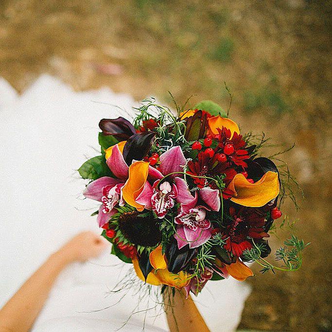 Ramo de novia en tonos vivos, naranjas, rojizos y verdes, con calas, orquideas y girasoles  #Ramo #novia #tonos #vivos, #naranjas#rojizos#verdes#calas, #orquideas #girasoles