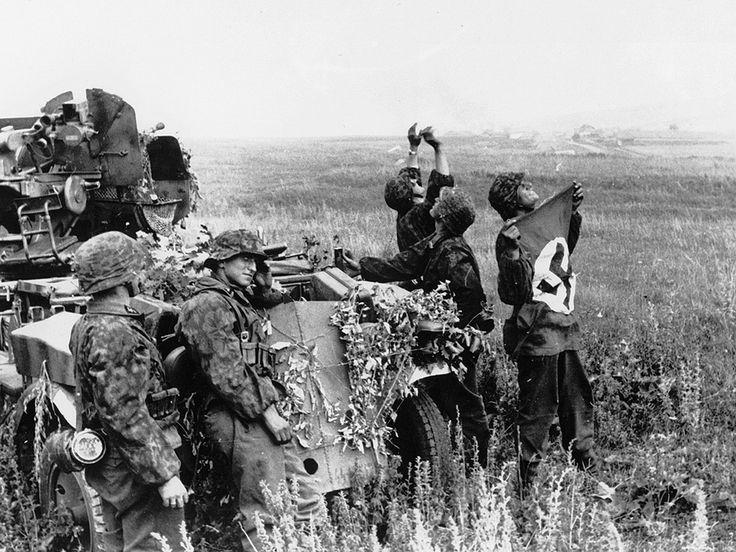 https://flic.kr/p/dYRqg3 | 1943, Union Soviétique, entre Belgorod et Orel, des artilleurs de la Waffen-SS indiquent leur position aux Stuka en agitant un drapeau
