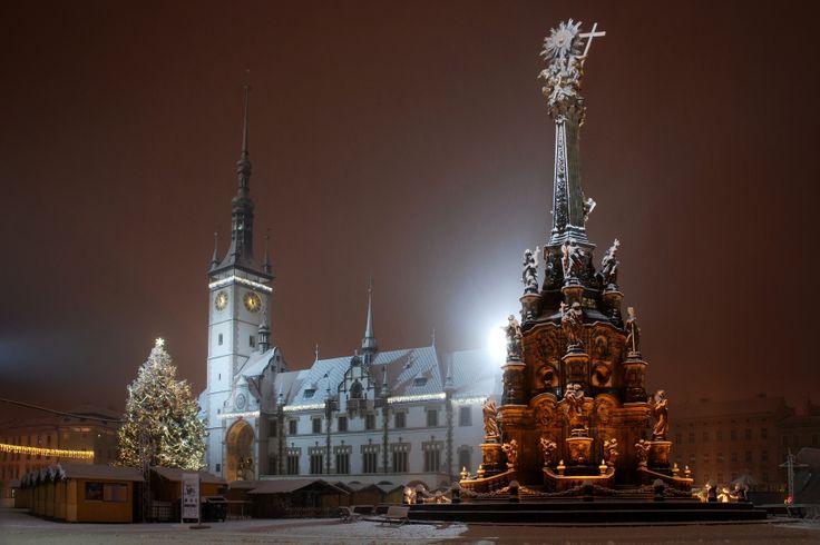 Autor: Dominik Novák  První sníh v Olomouci Foceno během učení na první zkoušku zimního semestru, kdy napadl sníh a neodolal jsem kouzlu noci a sněhu...
