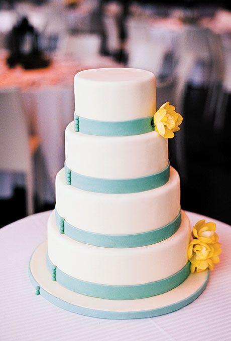 Brides.com: Bolo azul e amarelo