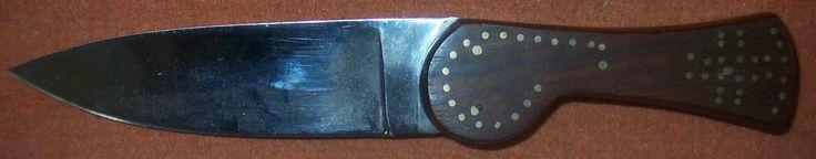 """""""Great Lakes Dagger - 24,5cm""""  Nach einem Original um 1800. In Handarbeit gefertigte Einzelstücke aus der Werkstatt eines Messermachers in Wales. Die Abmessungen und das verwendete Material entsprechen den alten Vorlagen. Einzelanfertigungen in gediegener handwerklicher Qualität. Griffschalen aus amerikanischem Nußbaum, Verzierung mit eingelegten Messingstiften.  Gesamtlänge 24,5cm, Klingenlänge 13,5cm, Klingenstärke 4mm."""