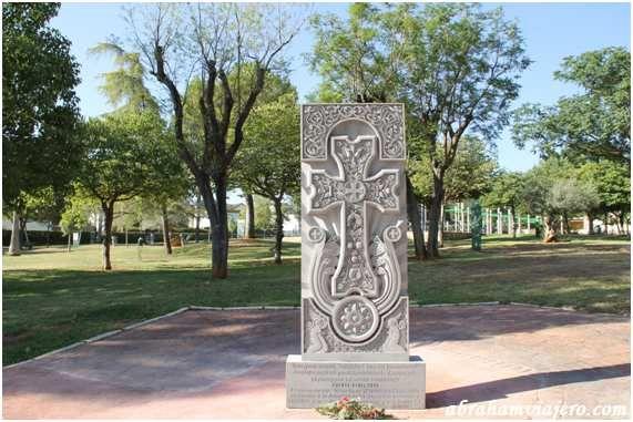 La comunidad de Armenia en Puente Genil, le ha regalado a la ciudad la tradicional cruz en piedra Khachkar, máximo símbolo de la identidad nacional, cultural y religiosa del país, que se ha instalado en el parque de los Pinos. Khachkar en el parque de...
