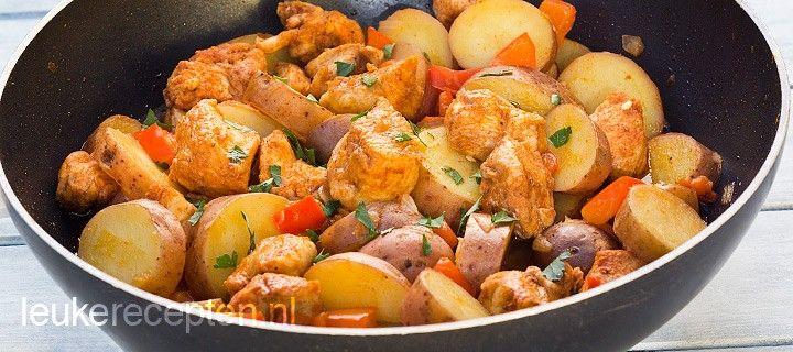 Super snelle kruidige stoofschotel met kip, aardappels en rode paprika uit 1 pan
