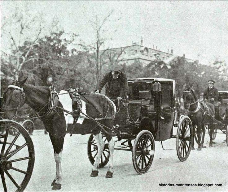 Historias matritenses: !Taxi! - Hoy como ayer- En abril de 1906 el alcalde de Madrid, señor Vincenti, propuso a los cocheros la utilización de los taxímetros en los simones, a la vez que se ponía en uso los uniformes de los cocheros (guerrera azul con ribetes rojo, pantalón y gorra alemana con visera de color dorado). Un mes después se instalaron tres taxímetros en los simones, pero de inmediato fueron descartados por la empresa que tenía la concesión .....