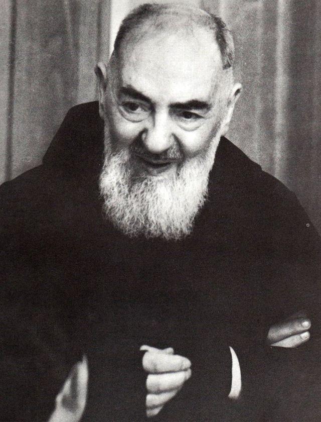São Pio de Pietrelcina, frade capuchinho estigmatizado e com carismas extraordinários.