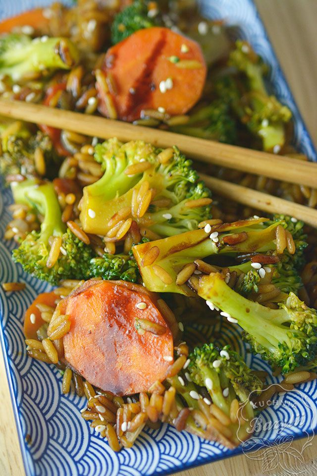 Ryż z brokułami i marchewką to mój pomysł na bezmięsny obiad.Jeżeli chcecie, możecie dodać do tej mieszanki pierś z kurczaka, aby danie było bardziej sycące