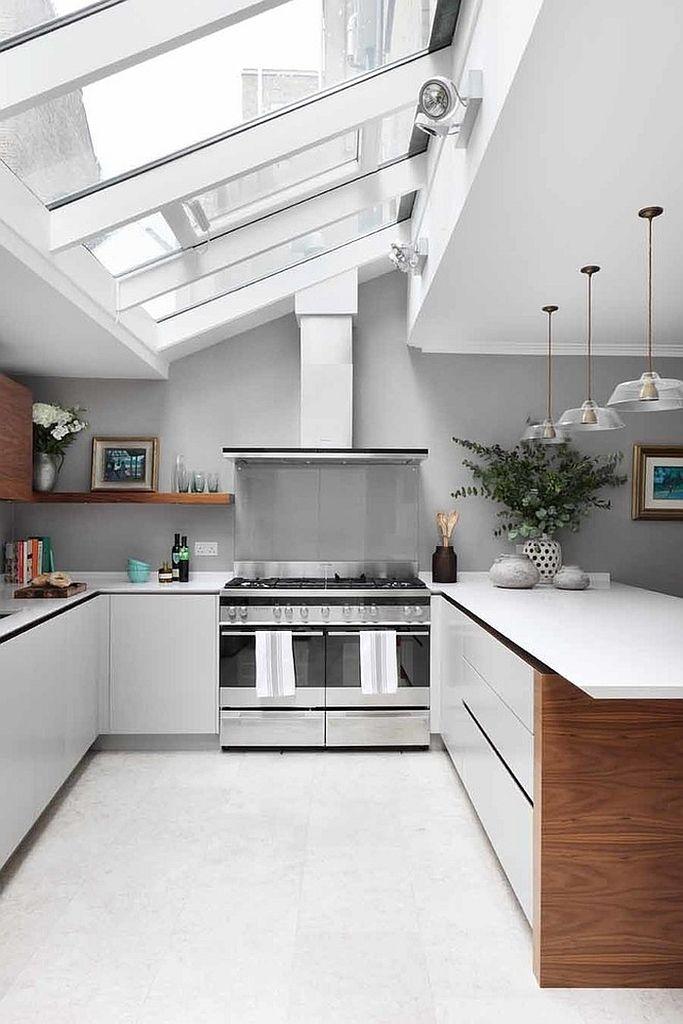 Большие окна в потолке этой кухни задают настроение всей кухне. .