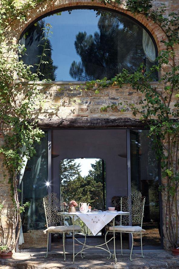 Un fienile toscano del Seicento trasformato in una casa dal gusto romantico e rétro arredata con mobili di recupero, artigianali e colorata a tinte soft