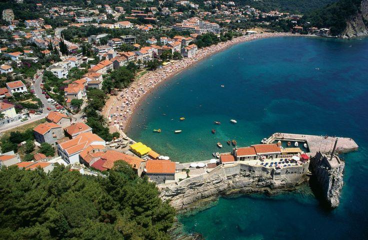 #Petrovac, grad koji svoju vječnost provodi na obali!  www.vileoliva.com Petrovac, Crna Gora +382 33461194; +382 69300851 sales@vileoliva.com #VileOliva #Petrovac #CrnaGora