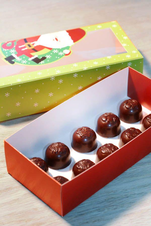 Lær at lave hjemmelavede chokolader fyldt med cremet karamel. Bemærk at du skal bruge en chokoladeform.