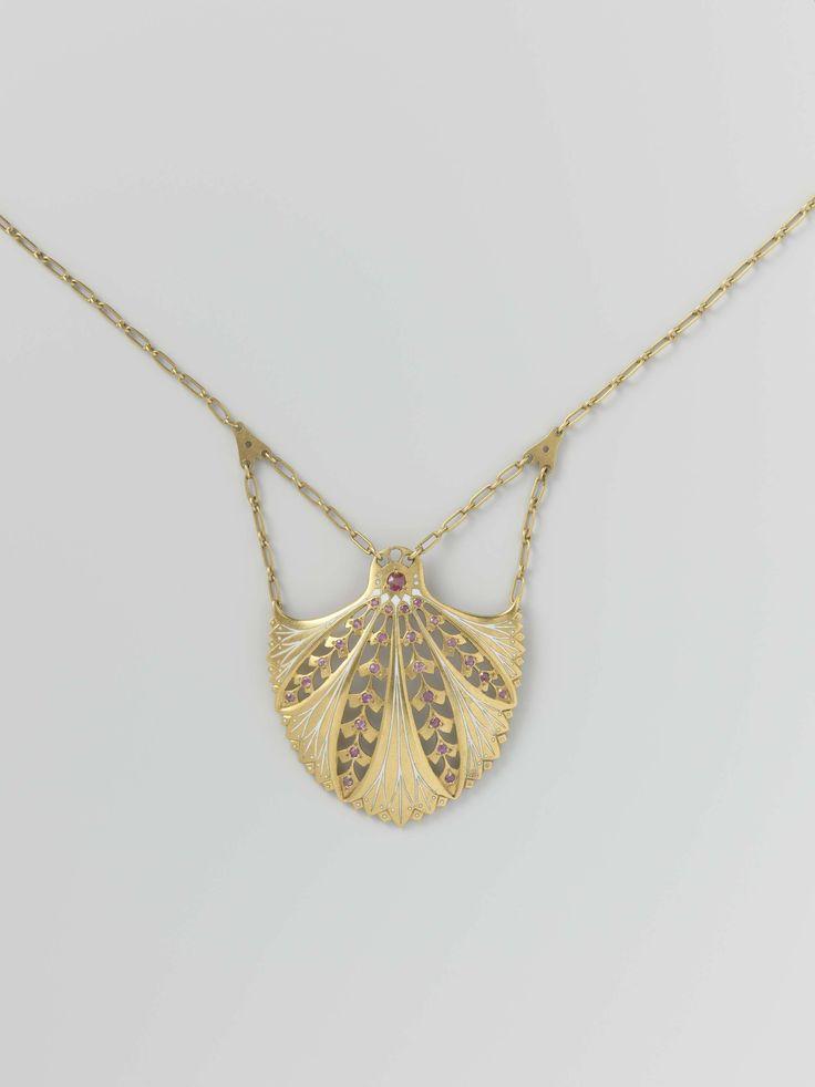 Hanger en ketting van goud (gold), versierd met wit email en 27 robijnen (ruby's), Lodewijk Willem van Kooten (II), ca. 1908 - ca. 1911