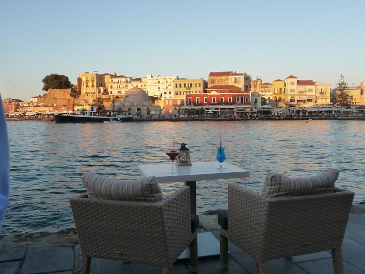 Zepos Café og Restaurant, Chania, Kreta, Grækenland. En restaurant ved havnepromenaden i Chania, hvor du kan tage et velfortjent hvil i skyggen og med en fantastisk udsigt til den gamle havn. Stemningen er afslappet og uden pres fra desperate restaurant ejere, som forsøger at hive og lokke dig indenfor. Se anbefalinger på tripadviser.  www.zeposrestaurant.gr