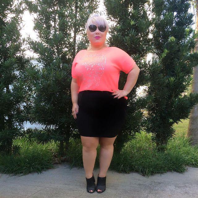 Look do dia #barbiedoll   O look de hoje é bem fofinho com essa blusa de caveira rosa pink cravejada de crystais. Como o outono chegou resolvi apostar neste look basiquinho estilo bonequinha. A blusa é chilli Store a saia é da@Canalsul da cor preta com fechos nas laterais. O sapato de couro preto é da paquetá. E a meia calça invisível é daLupo. Os óculos são da@simonefragaótica .moda  FASHION MODA OOTD