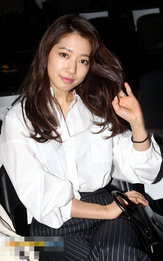 It's ok if you take her pics up close~ Park Shin Hye shows off her flawless skin in close-up pics!