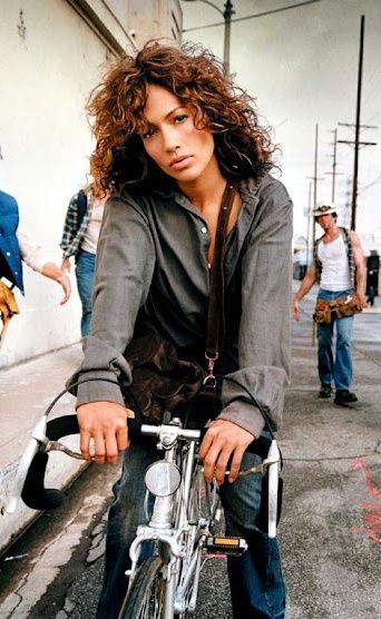 Os famosos também andam de bicicleta! | Jennifer Lopez rides a bike