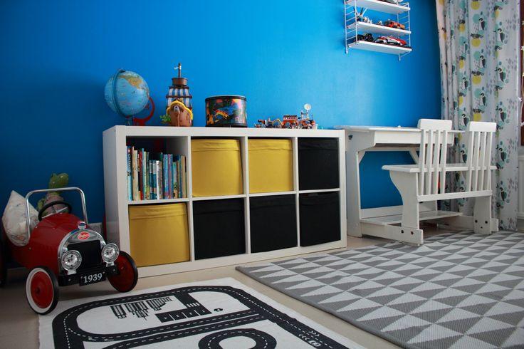 Boys room, blue wall, poikien huoneen sisustus, string pocket-hylly, paripulpetti