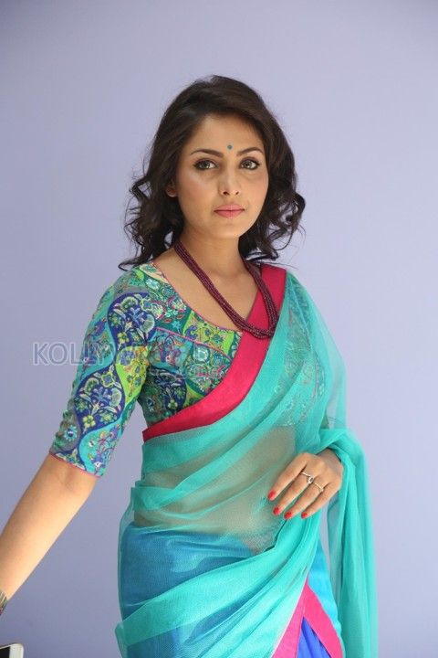 Beautiful and Sexy Madhu Shalini Photos. See more pictures at http://www.kollywoodzone.com/cat-madhu-shalini-1121.htm