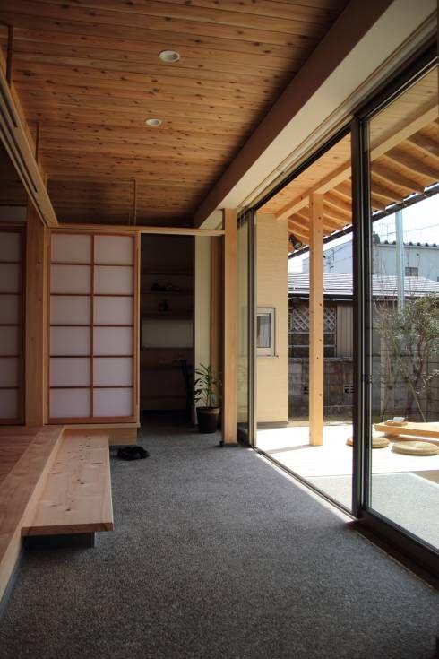 「土間のある小さくて広い家」: 尾脇央道(重川材木店)が手掛けたアジアバルコニー&テラスです。