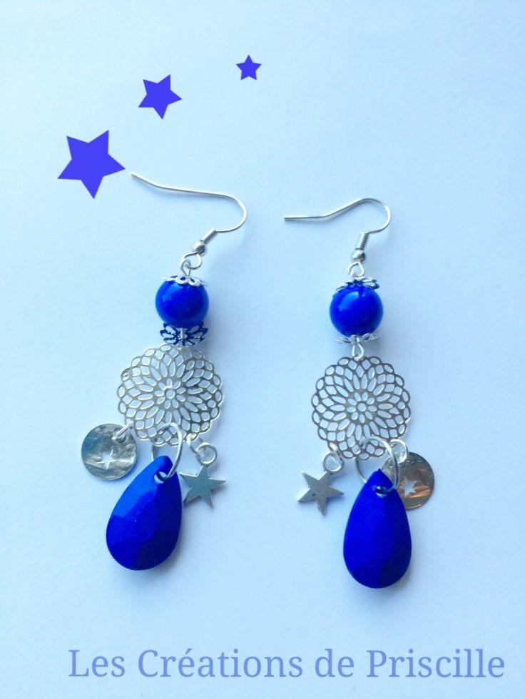 Boucles d'oreilles estampes argentées, perles bleues électriques et breloques argentées : Boucles d'oreille par les-creations-de-priscille