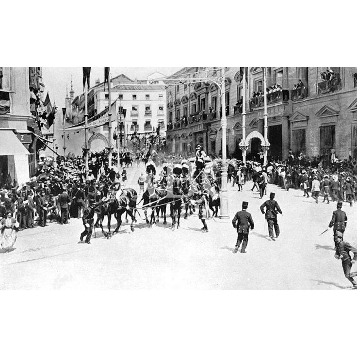 FOTO DEL ATENTADO COMETIDO POR EL ANARQUISTA. MATEO MORRAL CONTRA LOS REYES DE ESPAÑA, EN LA CALLE MAYOR, DE MADRID. EN LA IMAGEN, MOMENTOS DESPUÉS DEL SUCESO: Descarga y compra fotografías históricas en | abcfoto.abc.es