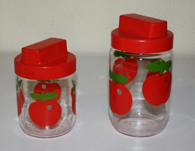 Twee vintage glazen potten met appeldessin van Gulf en rode deksel