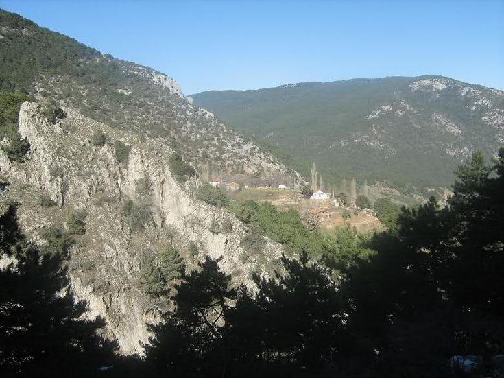 Ülkemizdeki Milli Park-Milli Parkın tarihi ve mitolojik yönü de zengindir. Mitolojiye göre Spil Dağına adını veren zaman tanrısı Kronos'un karısı Kybele (Sipylena)'dir. Kybele bütün tanrıların, tanrıçaların olduğu gibi bitkilerin,hayvanların ve insanların bereket tanrıçasıdır. Akpınar mevkiinde kaya üzerinde oturmuş röliefi vardır. Bir diğer kaynağa göre de Frikya Kralı Menos 'un kızı Spilos 'un bu dağa atılarak vahşi hayvanlar tarafından büyütülmesinden dolayı dağa Spilos adı verilmiştir.